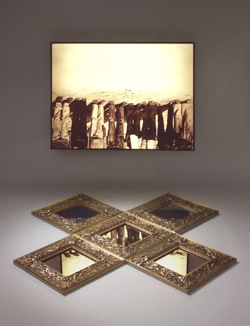 Alfredo Jaar, The Silence, 1987, Lightbox, ca. 76 x 101 x 12,5 cm, 5 Spiegel, je 30 x 30 cm, Foto: Kurt Steinhausen Fotografie, Courtesy TEUTLOFF MUSEUM e.V. © Alfredo Jaar