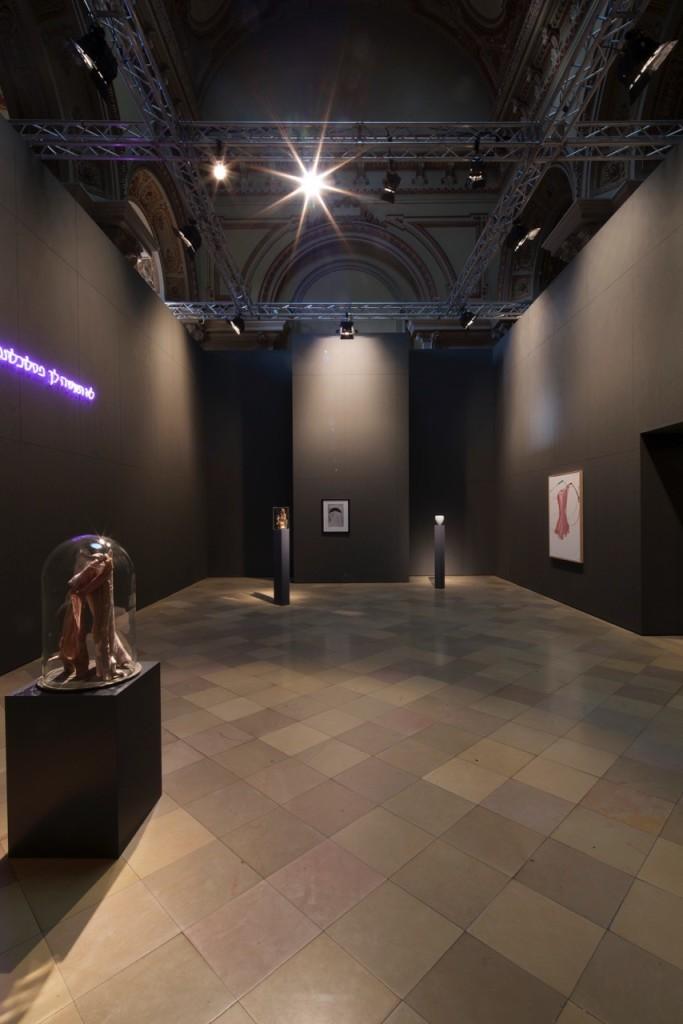 """Ausstellungsansicht der ersten Szene von """"Du sollst ..."""" im Berliner Dom, vorne links die Arbeit von Berlinde De Bruyckere, Foto © Uwe Gaasch"""