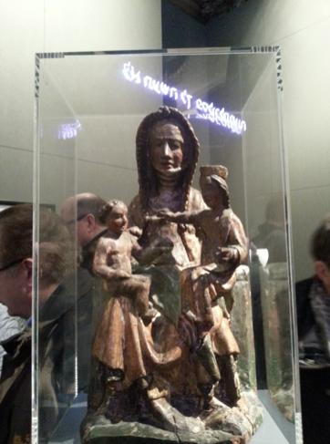 Hier das Photo der Besucherin. Buchstaben gespiegelt in einer Madonna