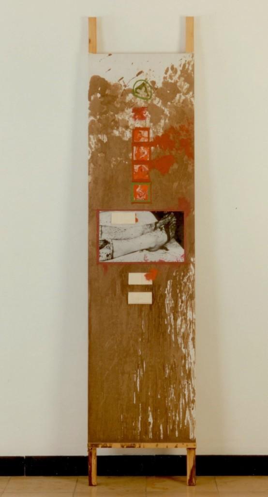 nitsch-herrmann_bahre-uebermalt-1982-verschiedene-materialien-blut-oel-fotos-kopien-stoff-auf-leinwand-spanplatte-und-holz-220-x-503-x-10-cm_sammlung-hoffmann-kopie