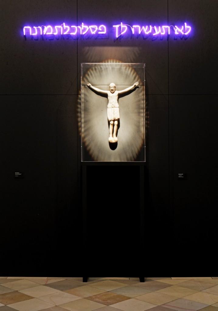 Im Mittelpunkt der Hängung über Ostern findet sich ein aus Elfenbein und Holz gefertigter 'Kruzifixus' aus dem 12. Jahrhundert, der für die Ausstellung in Berlin als eines der wesentlichen sakralen Kunstwerke erstmals den rund eintausend Jahre alten 'Bamberger Domschatz' verlässt. Als Teil der Karfreitagsprozession war er in früheren Jahrhunderten im Bamberger Dom im Gebrauch. Mehrfach zerbrochen und wieder zusammengefügt, zeigt der Körper des Christus unübersehbar Spuren, die wie kaum verheilte Wunden seine rechte Seite durchziehen. Foto: Uwe Gaasch